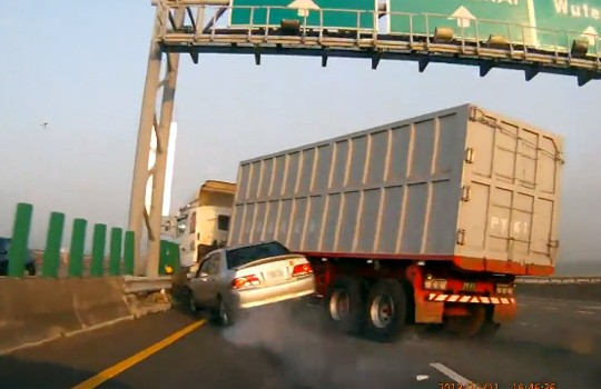 【衝撃映像】安定の中国w高速道路でトラックが暴走w