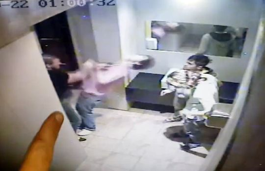 【衝撃映像】トイレで大麻を吸ってる少年達に鉄拳制裁!