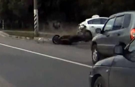 【衝撃映像】バイクが弾けて人が吹っ飛ぶ事故映像