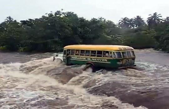 【閲覧注意】満員のバスが川に→何の抵抗もなく流される・・・