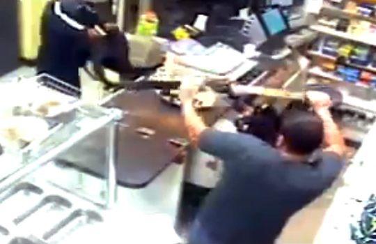 【衝撃映像】拳銃を持った強盗を青龍刀を振り回して撃退