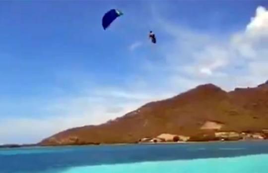 【衝撃映像】強風で飛ばされたパラセイリングでまさかの・・・
