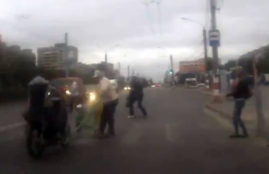 【閲覧注意】酔っ払いバイクがベビーカーを跳ね飛ばす・・・