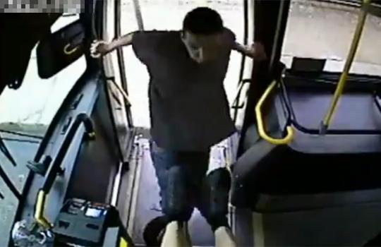 【衝撃映像:喧嘩】バスの運賃要求にブチ切れ!!発狂しながら殴る蹴るのぼーこー