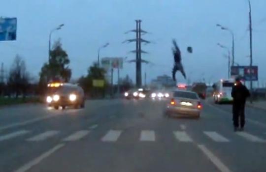 【衝撃映像】車に撥ねられて手裏剣のように回転した男性