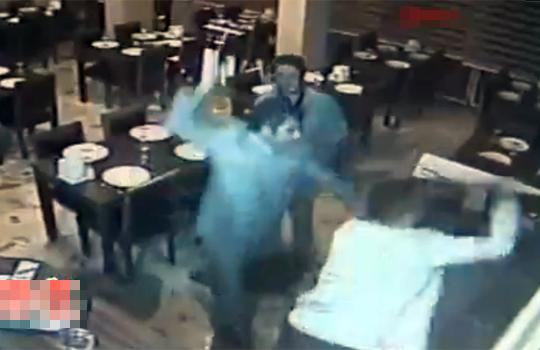 【衝撃映像】店側と客の大喧嘩!これはもう殺し合いレベル・・・