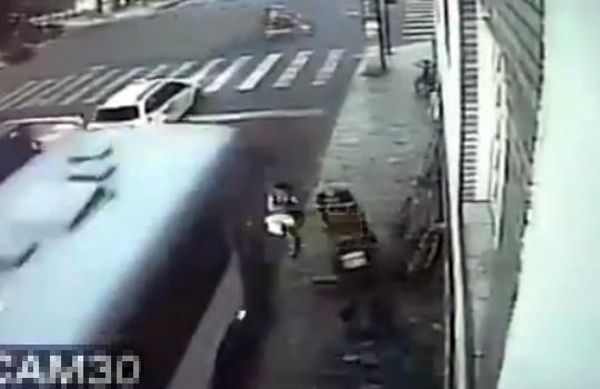 【閲覧注意:事故】バスに正面衝突して瞬間移動するおばさん・・・