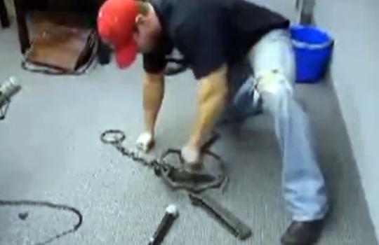 【衝撃映像:馬鹿】トラバサミに手を挟まれたらこうなるw