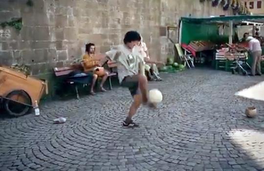 【おもしろ:サッカー】スラム街に天才サッカー少年がいる件www