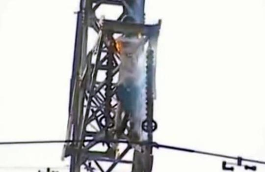 【グロ動画:自殺】少年が電線に当たった瞬間まっ黒こげに・・・