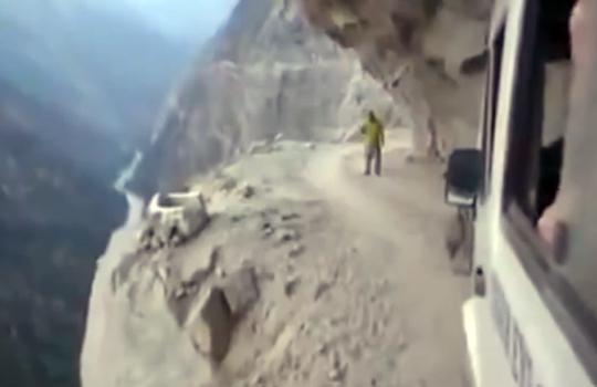 【衝撃映像:車】こんな道通られたら玉ヒュンどころか漏らす自身あるw