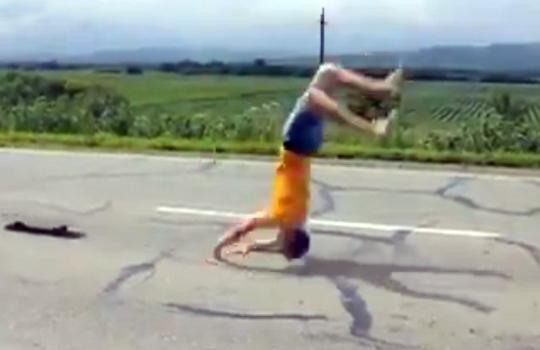 【おもしろ動画集:馬鹿】スケボーで一人パイルドライバーを決める荒業w