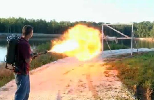 【衝撃映像:銃】上手に焼けました!!火炎放射器で豚の丸焼きを作ってみたw