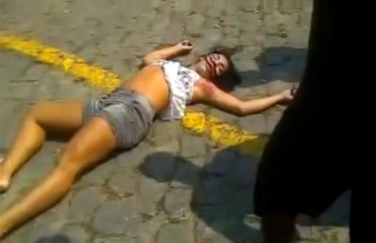 【グロ動画:殺人】路上で殴り殺される女性・・・何十発も顔面を殴られ死亡・・・