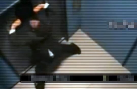 【衝撃映像:パニック】エレベーターに閉じ込められたら人間はこうなってしまう・・・