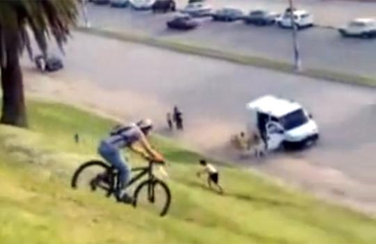 【衝撃映像:馬鹿】調子乗ってチャリで急な坂を下りたらこうなる('・c_・` )
