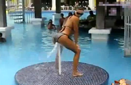 【エロ動画:ダンス】プールの噴水でケツ振りダンスw大事な所にスプラッシュ!(σ´Д`)σ