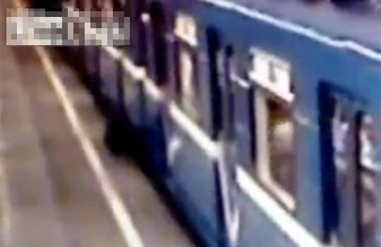 【グロ動画】電車とホームの間に挟まって真央ちゃんを超える6回転を決める!?