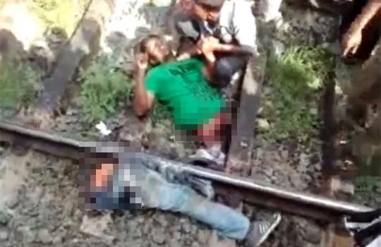 【グロ動画:事故】電車で真っ二つになった男性・・・意外と元気に生きてる;