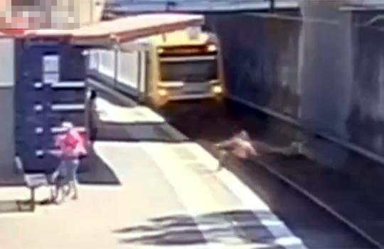 【衝撃映像:電車】あと2センチ!ホームから落下した男性の目の前で電車が止まるwww