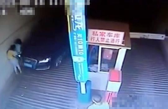 【グロ動画:事故】女性二人を壁と車で挟んでゆっくりゴリゴリゴリゴリ・・・