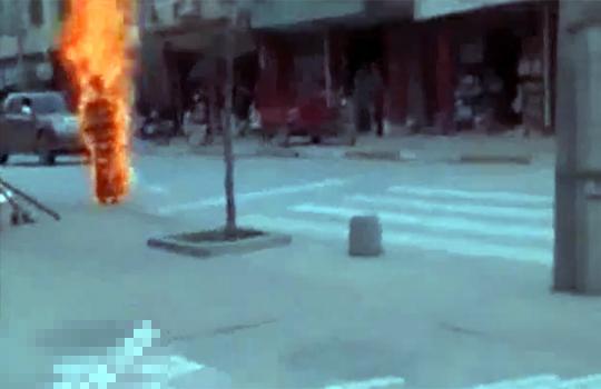 【グロ動画:火病】汚物は消毒だ~!!立ったまま炎上する男性