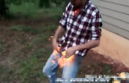 【おもしろ:馬鹿】股間が大炎上!擦り過ぎではありません(・д・)