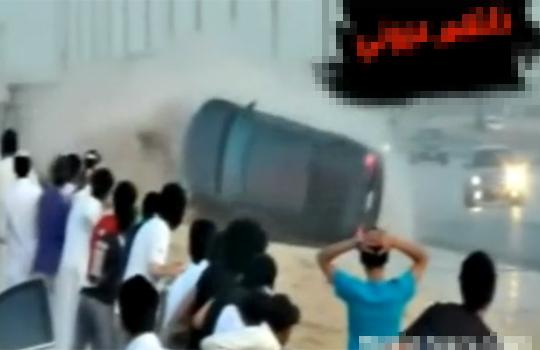 【衝撃映像:車】車が大回転wぐるぐる回った瞬間人がスポーン!(; ・`д・´)