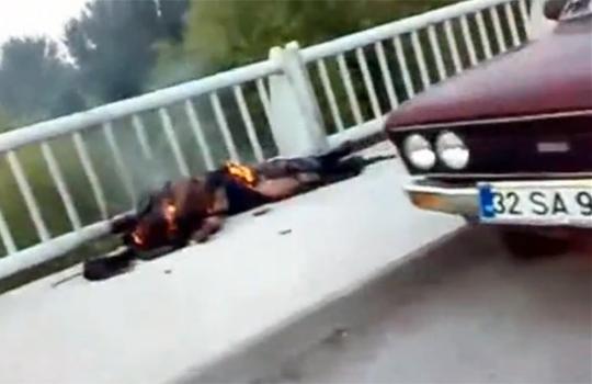 【グロ動画:事故】釣竿が電灯にに当たって感電・・・真っ黒こげに
