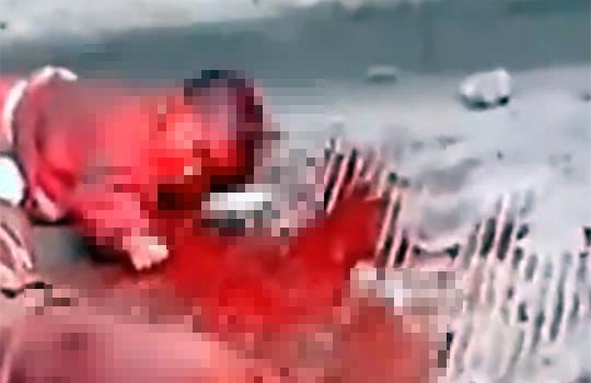 【グロ動画:殺人】道端で母親と赤ん坊を刺しまくって虐殺・・・酷すぎる