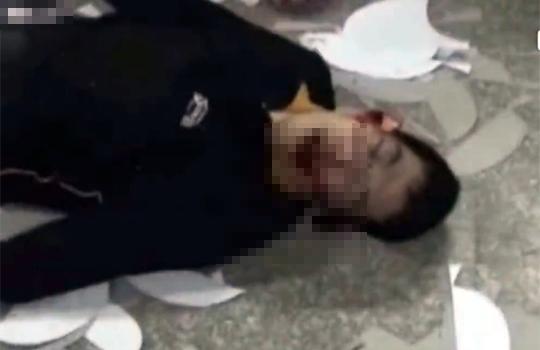 【グロ動画:事故】機械に頭を挟まれて圧死する男性・・・