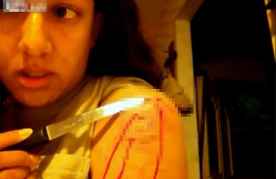 【グロ動画:自傷】自分の腕をカミソリやナイフで切りきざむ女性・・・