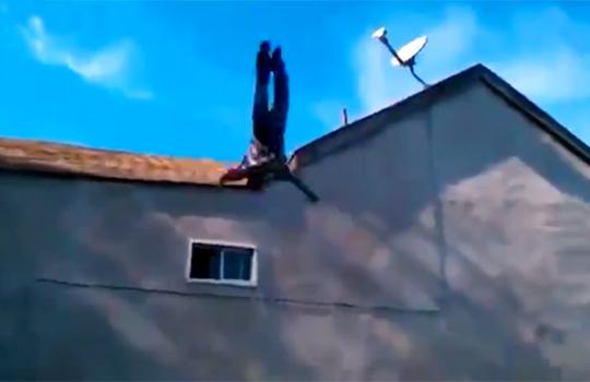 【衝撃映像:馬鹿】屋根からバク転!着地のとき物凄く嫌な音が・・・