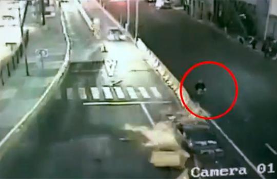 【衝撃映像:車】大事故で神がかってる歩行者wこれが奇跡ってやつw