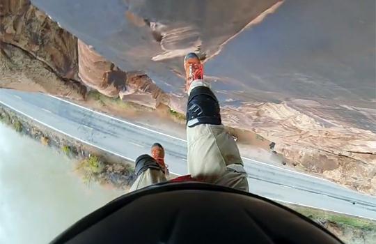 【閲覧注意:スポーツ】崖すれすれで飛び降りる!パラシュートを開くも壁に当たって落下