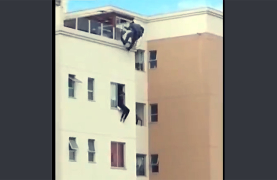 【衝撃映像:自殺】飛び降りようとする女性をスパイダーマンの様な蹴りを決めるw