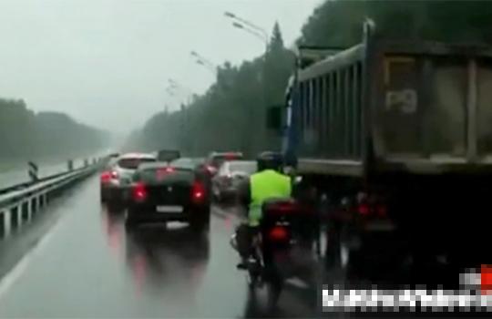 【グロ動画:事故】バイクで転倒した男性・・・トラックに頭をゆっくりと轢かれる