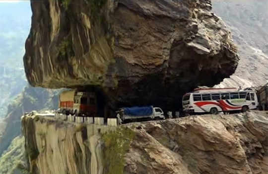 【衝撃映像】世界の危な過ぎる道路を集めてみたw車一台分もねぇよこれwww