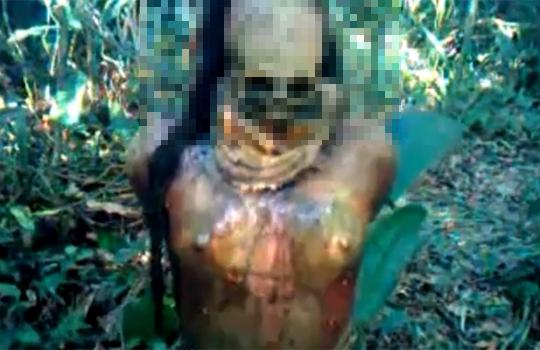 【グロ動画:死体】木にくくり付けられて殺された14歳少女・・・なぜか顔だけ骨になってる;