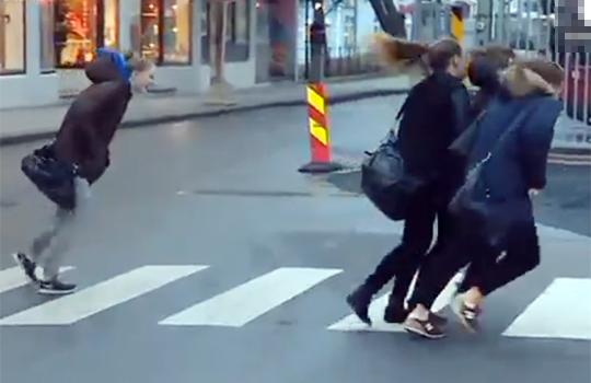 【衝撃映像:自然】歩けないどころか飛ばされるくらいの暴風www自動ムーンウォーク状態