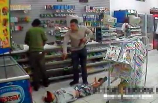 【閲覧注意:殺人】強盗時間2秒ほどw私服警官に一瞬で撃たれる強盗