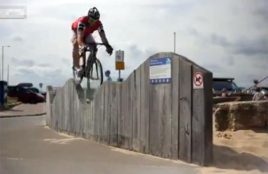 【衝撃映像:スポーツ】これぞ神業w自転車を手足のように扱ってスゴ技連発(*゚ー゚)