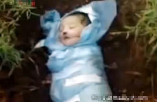 【閲覧注意:戦争】餓死で亡くなったシリアの赤ん坊・・・生まれて数日で埋葬・・・