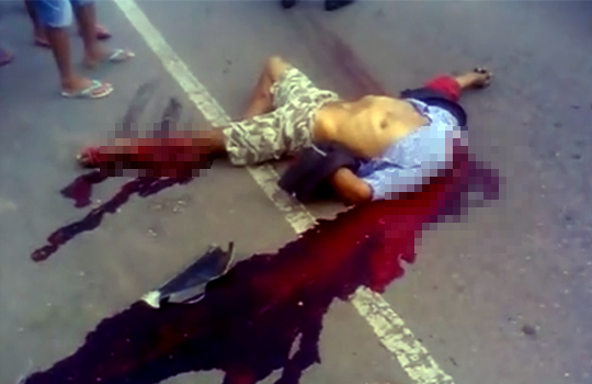 【グロ動画:事故】バイク事故で足と首が吹き飛んで血の海に・・・