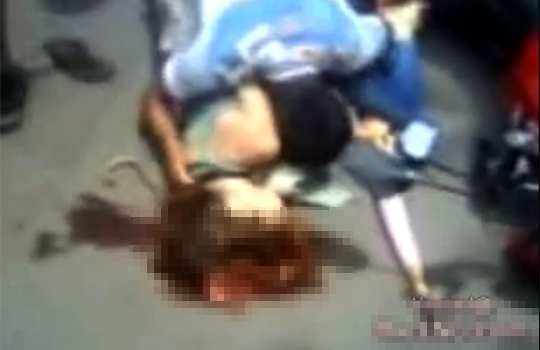 【グロ動画:即死】事故で即死した彼女の前で泣き叫ぶ男性・・・