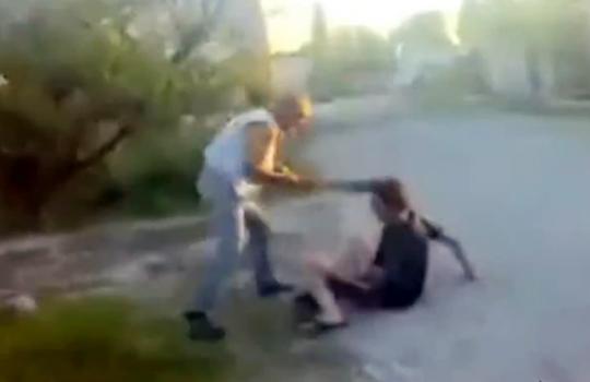 【衝撃映像:喧嘩】丸太で殴りかかってきた男を逆にぼこぼこw彼岸島かよw