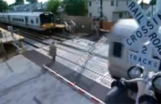 【閲覧注意:事故】電車に乗るために走る!・・・逆からきた電車に・・・