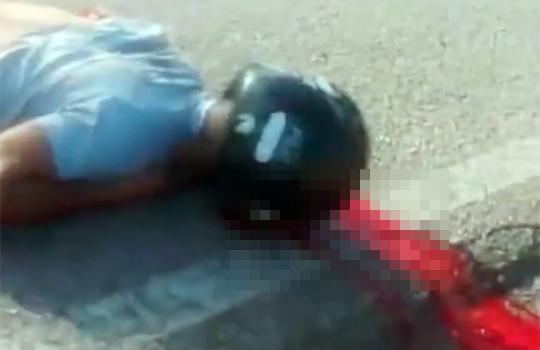 【グロ動画:事故】バイク事故で3人の肉塊が路上に飛び散っている・・・