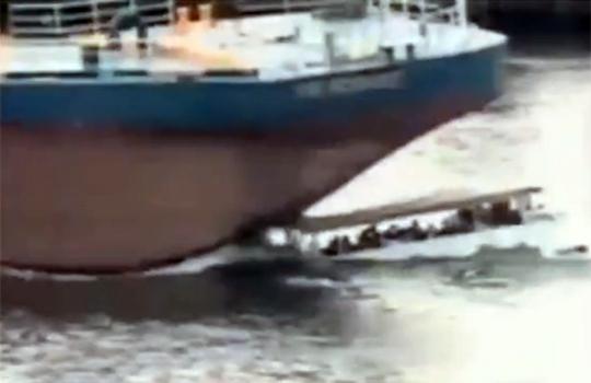 【閲覧注意:船】小型客船を圧倒的な力で踏み潰す大型客船(´・ω・`)