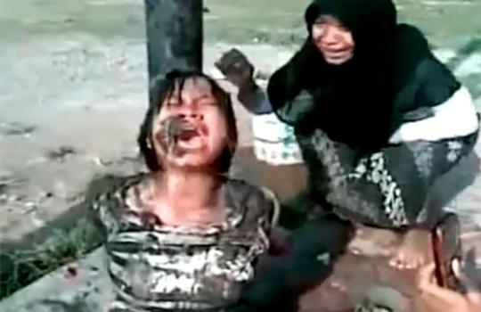 【閲覧注意:いじめ】貧乏人の子供を縛って泥をかけるイジメ・・・笑顔でシャメを取るクズ共